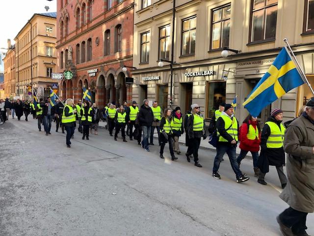Många glada åskådare när Gula västarna marscherade i storstäderna