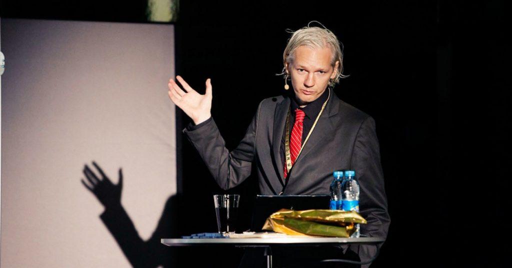 Analys: Sveriges smutsiga roll i skandalen Julian Assange – Reinfeldts regering gick USAs ärenden