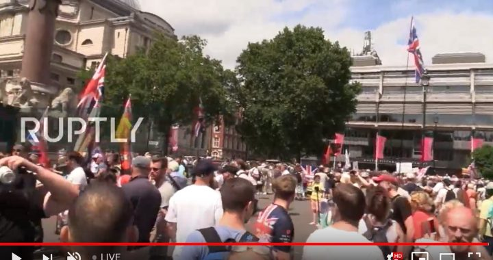 Protester i London mot Tommy Robinsons fängelsedom