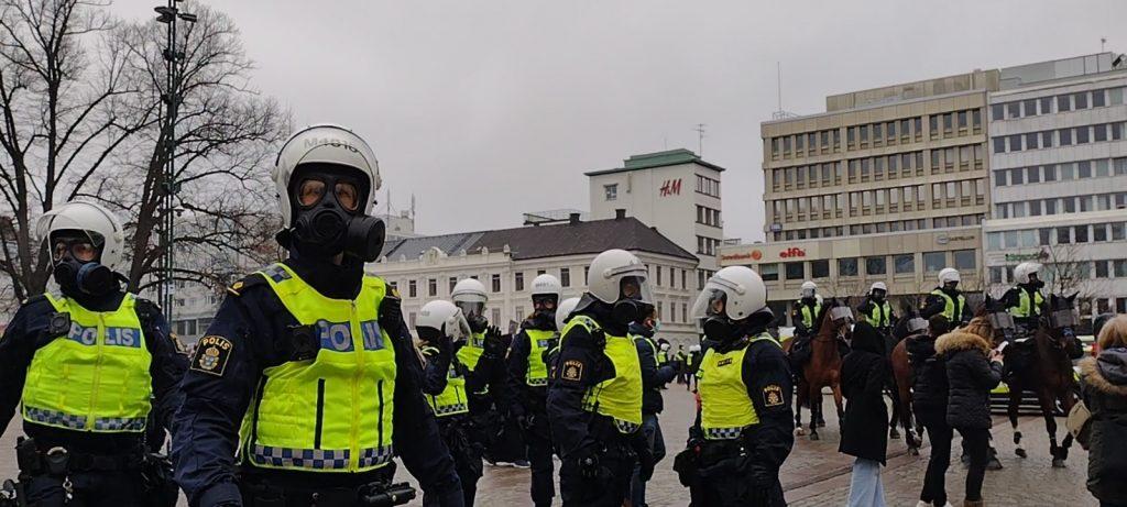 Omotiverat övervåld vid frihetsdemonstrationer